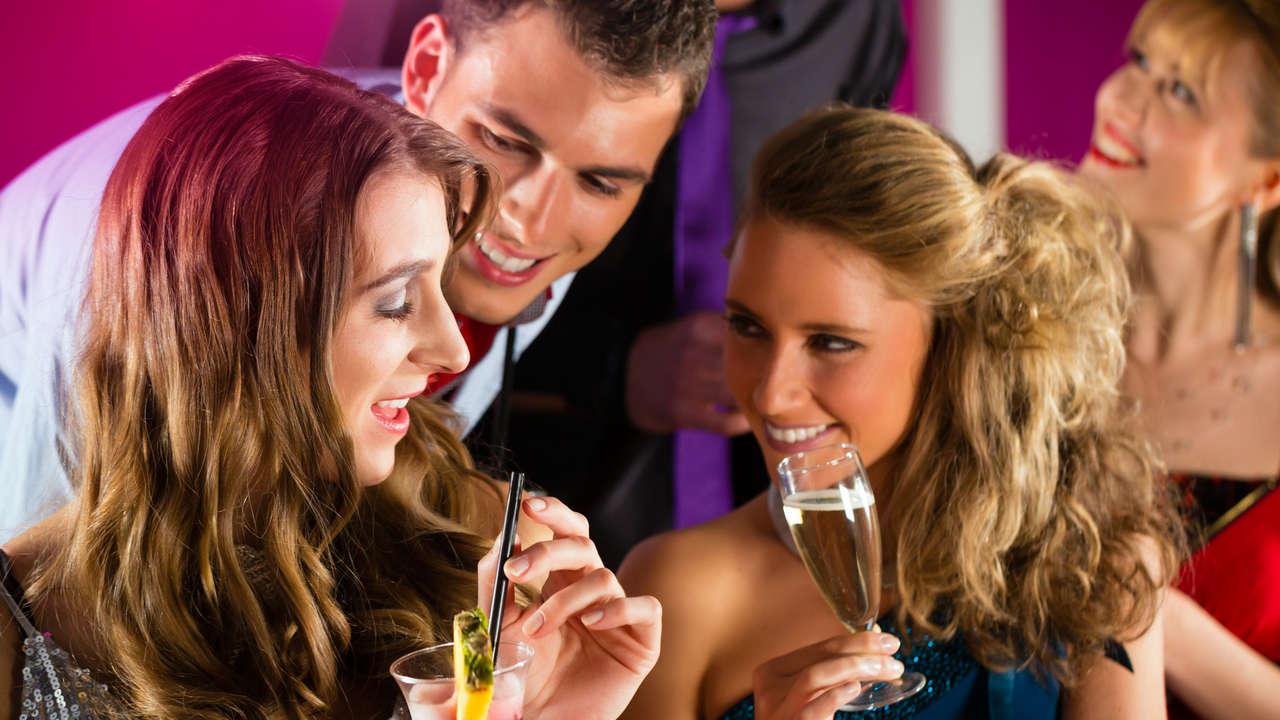 Стоит ли девушке знакомиться в ночном клубе с парнем