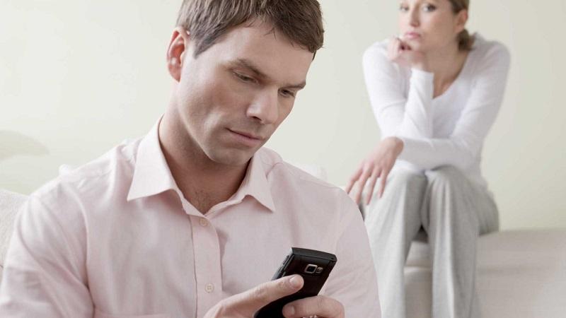 Нормально ли проверять телефон с точки зрения этики и психологии