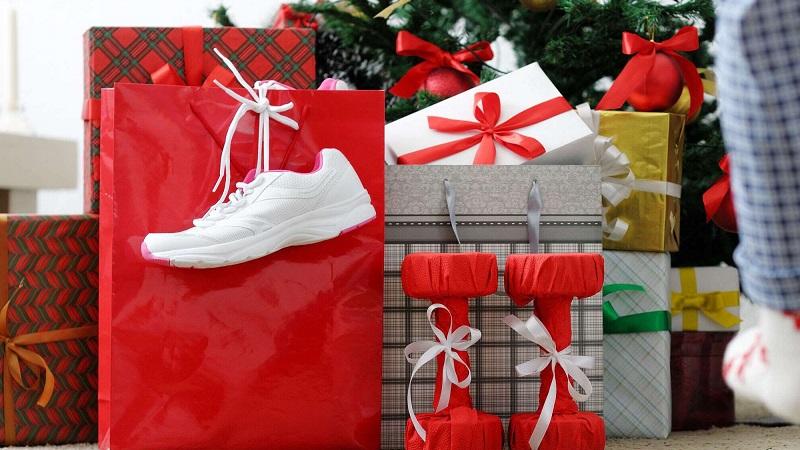 Что подарить парню на Новый год 2021: интересные идеи подарков