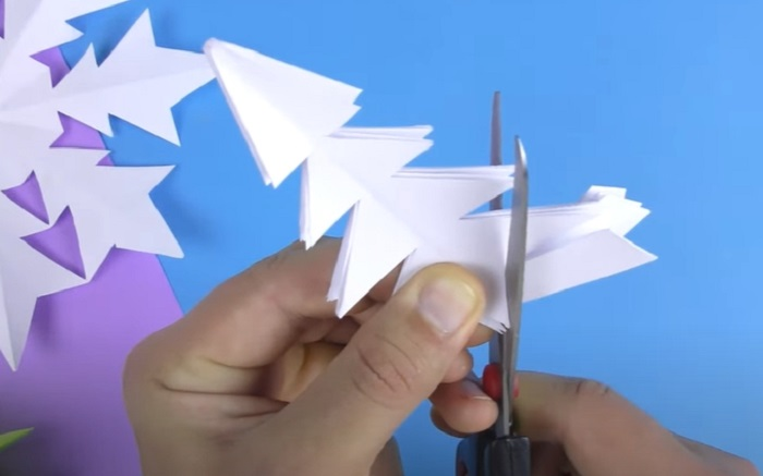 Как вырезать красивые снежинки из бумаги на Новый год 2021 своими руками